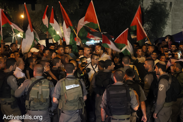 Hundreds of Palestinians demonstrate against the Prawer Plan in East Jerusalem, July 15, 2013. (Ahmad Al-Bazz/Activestills.org)